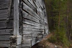 Um fragmento de uma estrutura de madeira na floresta imagem de stock