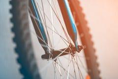 Um fragmento de uma roda de bicicleta fotografia de stock royalty free