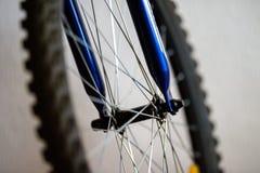 Um fragmento de uma roda de bicicleta imagens de stock