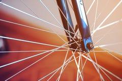 Um fragmento de uma roda de bicicleta foto de stock
