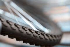 Um fragmento de uma roda de bicicleta imagens de stock royalty free