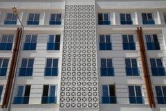 Um fragmento do prédio de apartamentos recentemente construído do multi-andar sem habitante Imagem de Stock Royalty Free