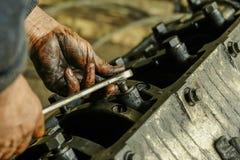 Um fragmento do trabalho do reparo na desmontagem do motor automotivo Fotos de Stock Royalty Free