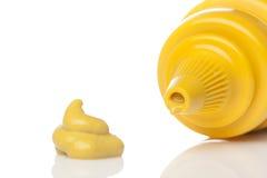 Um frasco amarelo da mostarda Fotos de Stock