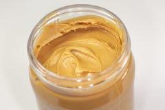 Um frasco da manteiga de amendoim orgânica que senta-se na mesa de cozinha que espera para ser comido fotos de stock royalty free