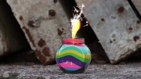 Um frasco de fogos de artifício ardentes vídeos de arquivo