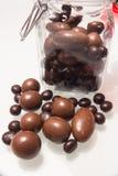 Um frasco de vidro completamente de bombons deliciosos do chocolate Fotografia de Stock Royalty Free