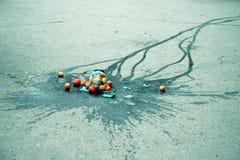 Um frasco de vidro quebrado com tomates foto de stock