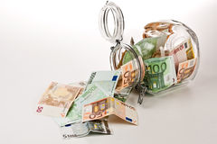 Um frasco do dinheiro completamente das economias Fotografia de Stock Royalty Free
