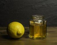 Um frasco do mel caseiro e do remédio frio do limão fotografia de stock