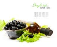 Um frasco do petróleo verde-oliva com ervas Fotografia de Stock Royalty Free