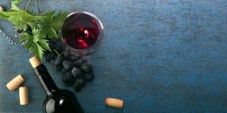 Um frasco do vinho vermelho e das uvas Vista superior imagem de stock royalty free