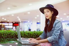 Um freelancer novo que trabalha no local de trabalho fotografia de stock royalty free