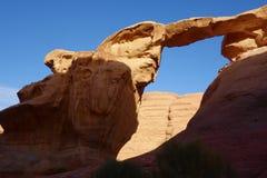 Um Fruth岩石桥梁在沙漠-瓦地伦,约旦,中东 免版税库存照片