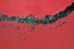 Um fundo abstrato da água vermelha com bolhas imagens de stock