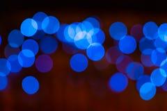 Um fundo borrado com um grupo de círculos azuis das lâmpadas leves imagens de stock royalty free