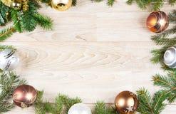 Um fundo da decoração do Natal na madeira branca imagens de stock