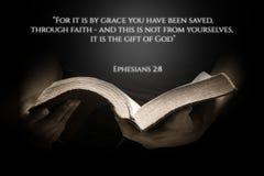 Um fundo do verso da Bíblia do vintage com a Bíblia fotografia de stock