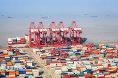Um fundo ocupado da maquinaria do transporte e do porto Foto de Stock Royalty Free