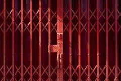Um fundo textured a imagem da porta dos obturadores do vermelho Fotos de Stock
