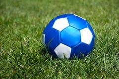 Um futebol de couro azul Imagens de Stock