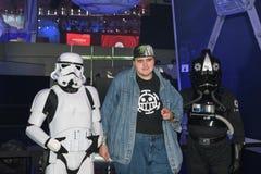 Um gamer que levanta com os atores duas estrelas das guerras para os Star Wars do jogo foto de stock royalty free