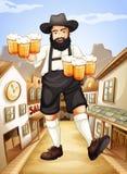 Um garçom com vidros de cervejas frias Fotos de Stock Royalty Free