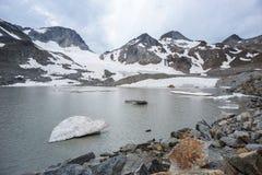 Um gelo da forma do coração da geleira que deriva no lago da montanha imagem de stock royalty free