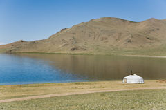 Um ger no lado de um lago mongolia Foto de Stock Royalty Free