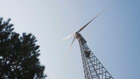 Um gerador de vento poderoso muda a posição da instalação segundo o sentido do fluxo de ar contra filme