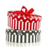 Um giftbox cinzento e vermelho Foto de Stock Royalty Free