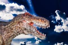 Um gigantosaurus assustador de Dino em um céu escuro Fotografia de Stock Royalty Free