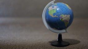 Um globo pequeno, planeta vídeos de arquivo