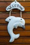 Um golfinho de madeira da boa vinda da porta Foto de Stock