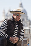 Um gondoleiro que levanta na luz solar em Veneza Fotos de Stock Royalty Free