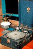 Um gramofone e uma lâmpada de querosene Fotografia de Stock Royalty Free