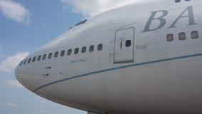 Um grande avião de passageiros na pista de decolagem Imagens de Stock