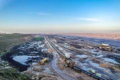 Um grande carvão marrom aberto - mina moldada do poço por Garzweiler em Alemanha foto de stock