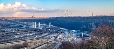 Um grande carv?o marrom aberto - mina moldada do po?o por Garzweiler em Alemanha fotografia de stock