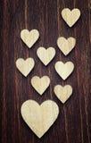 Um grande e lotes dos corações de madeira pequenos colocados agradavelmente em um vinta Fotografia de Stock