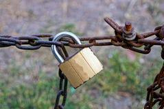 Um grande fechamento velho pendura em correntes oxidadas Imagem de Stock Royalty Free