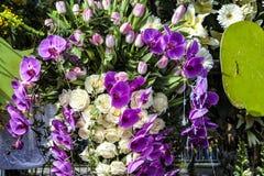 Um grande flutuador das flores durante o carnaval agradável fotografia de stock