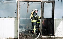 Um grande fogo em Ucrânia, Kiev, mercado de Troyeschina Extinga o departamento dos bombeiros 2016 Fotos de Stock
