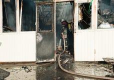 Um grande fogo em Ucrânia, Kiev, mercado de Troyeschina Extinga o departamento dos bombeiros 2016 Foto de Stock