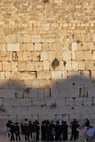 Um grande grupo de judeus religiosos Fotos de Stock
