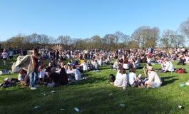 Um grande grupo de pessoas em Hyde Park Leeds no protesto 420 a fazer campanha para o decriminalization do cannabis no Reino Unid Imagem de Stock Royalty Free
