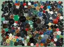 Um grande grupo dos botões diferentes para a roupa no co diferente Imagem de Stock Royalty Free