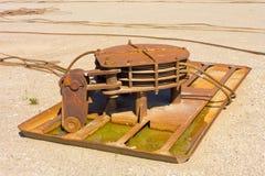 Um grande guincho de oxidação de uma balsa aposentada do rio imagem de stock royalty free