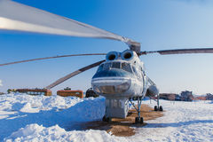 Um grande helicóptero na terra no inverno Fotografia de Stock