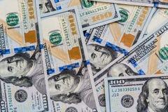 Um grande número cem-dólar novo desintegrou cem notas de dólar dos E.U. Para o espaço do fundo e da cópia Fotografia de Stock Royalty Free